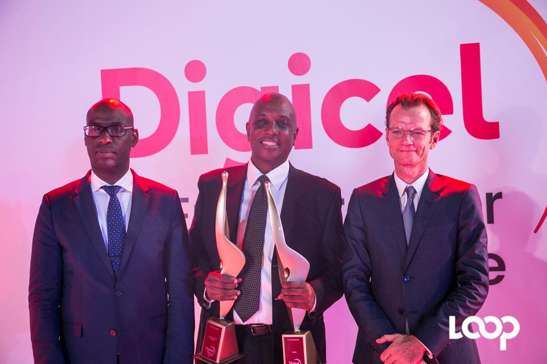 Dr Harry Beauvais (au milieu), Maarten Boute, président de Digicel Haiti (à droite) et Me Aviol Fleurant (à gauche), ministre de la de la planification et de la coopération externe. loophaiti