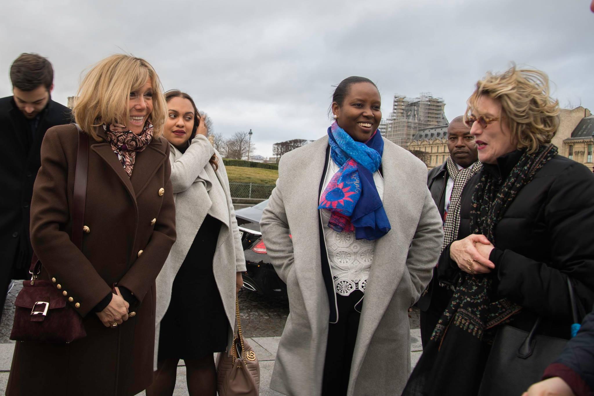 Les premières dames Martine Moïse et Brigitte Macron en visite au musée du Louvre à Paris. Photo : Facebook/ Martine Moïse.
