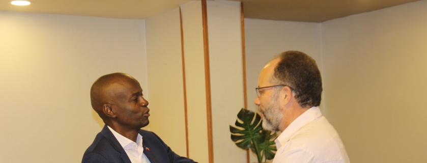 Le Président Jovenel Moise (gauche) accueille le secrétaire général du CARICOM Irwin LaRocque.