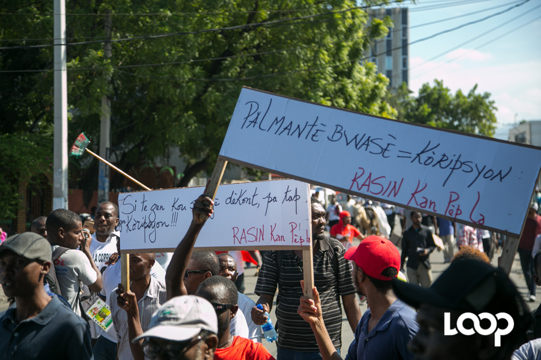 La marche contre la corruption dispersée à coups de bombe lacrymogène. Photo ; Estailove St-Val/LoopHaiti