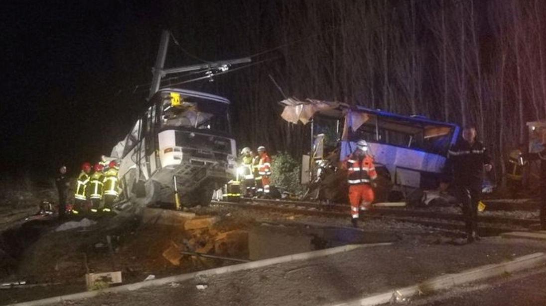 Er waren 25 mensen aan boord. Drie van hen raakten lichtgewond. De zwaargewonde slachtoffers zaten allen in de bus.