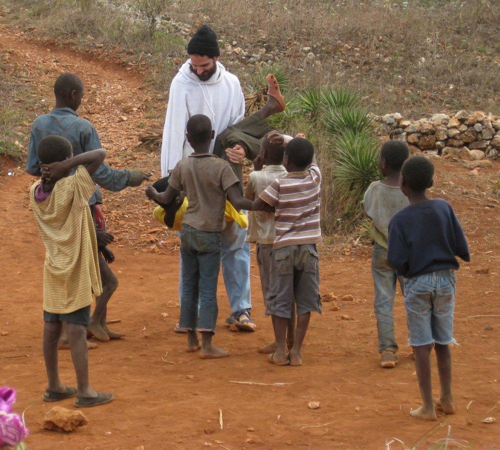 Le missionnaire James D. Arbaugh jouant avec des jeunes garçons haïtiens. Photo: www.missionnaryjames.com