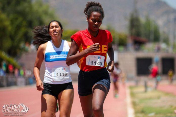 L'Haïtienne Berdine Pierre Castillo Lillo, médaille d'or dans la catégorie de 800 mètres championnat national d'athlétisme pour enfants et cadets en Chili.