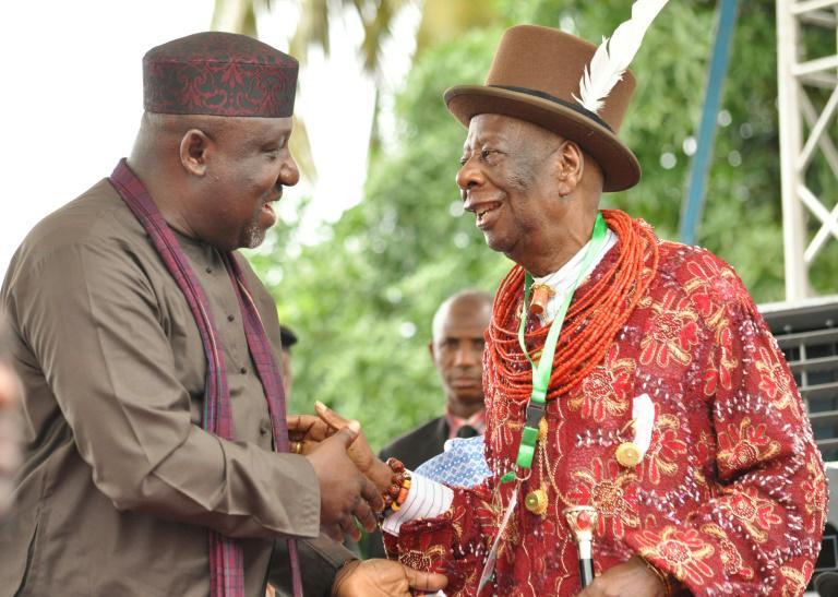 Le gouverneur de l'Etat de l'Imo Rochas Okorocha, à gauche, salue le 2 juin 2016 Godwin Gininwa, le roi de l'Ogoniland, région du sud-est du Nigeria. Le gouverneur a décidé lundi 4 décembre 2017 de nommer un ministre du bonheur dans son Etat. Photo: AFP/Archives / STRINGER