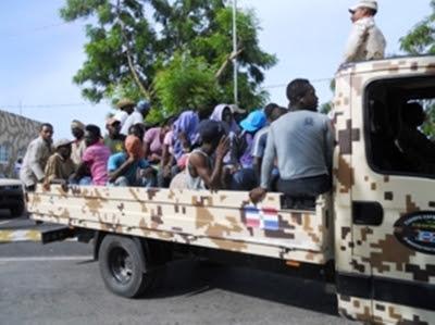Vue d'un véhicule dominicain qui transportait des migrants haïtiens à la frontière. / Photo: Listin Diario