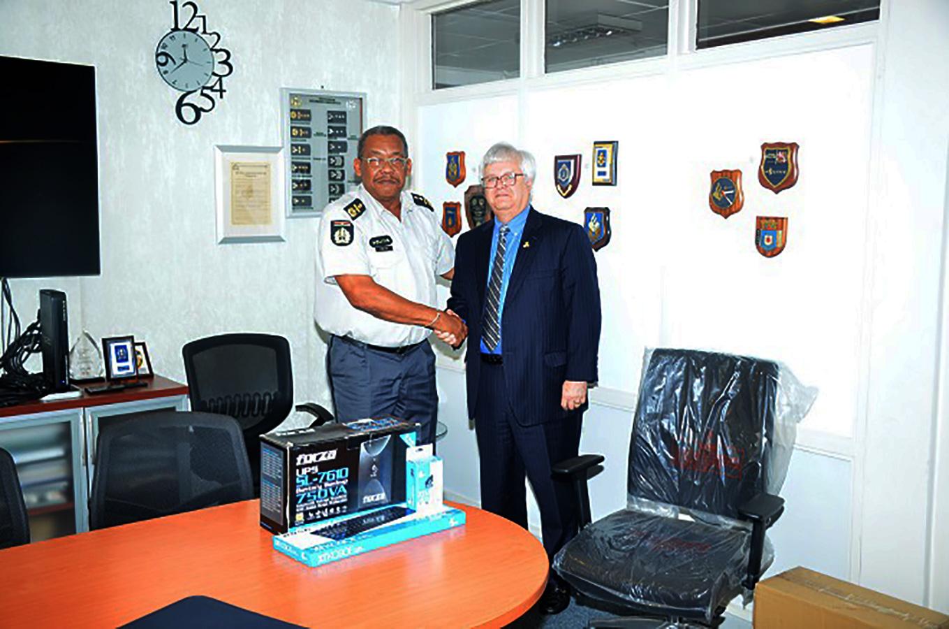 Zowel de wnd. Korpschef en de Ambassadeur waren ingenomen met het bezoek. (Foto: KPS)