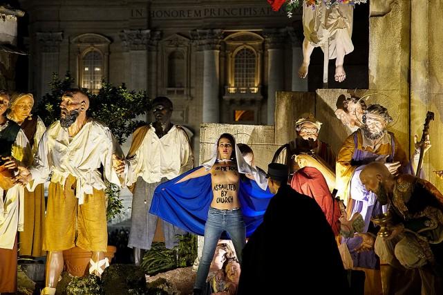 Une Femen s'empare de l'enfant Jésus de la crèche du Vatican. Photo : AFP