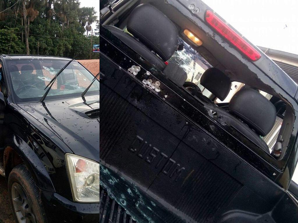 Het voertuig werd op dat moment onder vuur genomen door drie gemaskerde en gewapende rovers. Zowel de politieman als zijn oom liepen schotverwondingen op. (Foto's: KPS)