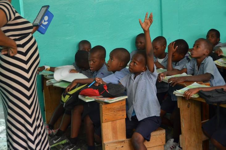 Un enseignante en train de dispenser un cours en salle de classe.
