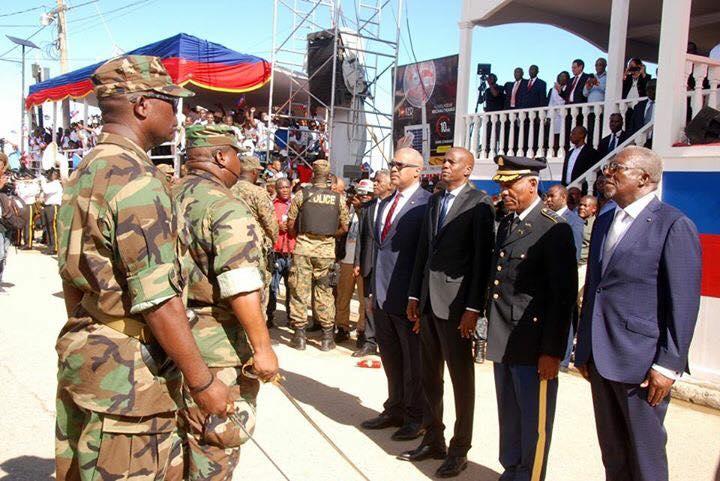 Le président Jovenel Moise, le premier ministre Jack Guy Lafontant, le chef de l'armée Jodel Lessage, le ministre de la defense Hervé Denis lors de la parade militaire du 18 novembre au Cap-Haitien.