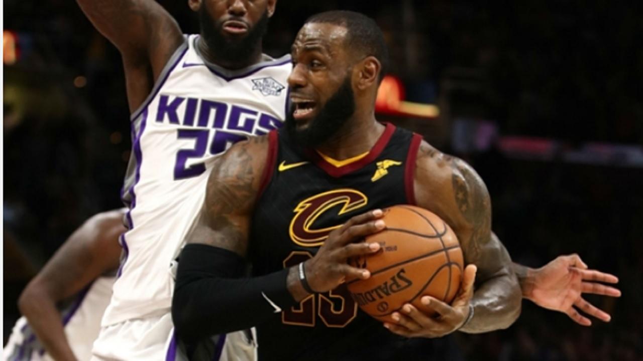 De 32-jarige James was goed voor 32 punten, 11 rebounds en 9 assists. De forward schoot liefst vijf van zijn acht driepunters raak.