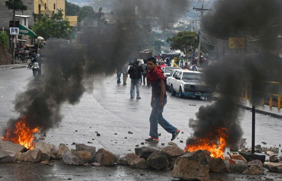 Les partisans de Salvador Nasralla manifestent pour dénoncer une «fraude» supposée lors de cette élection entachée d'irrégularités, selon l'opposition. Photo: Orlando Sierra Agence France-Presse