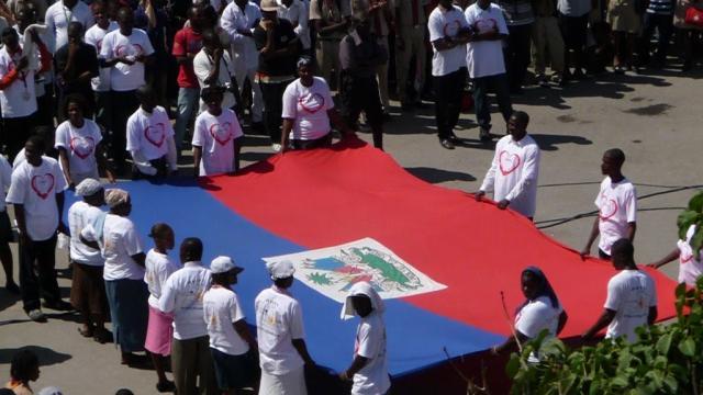 Des Haïtiens commémorant la fête du drapeau en République Dominicaine. Photo : Haïti News 2000.