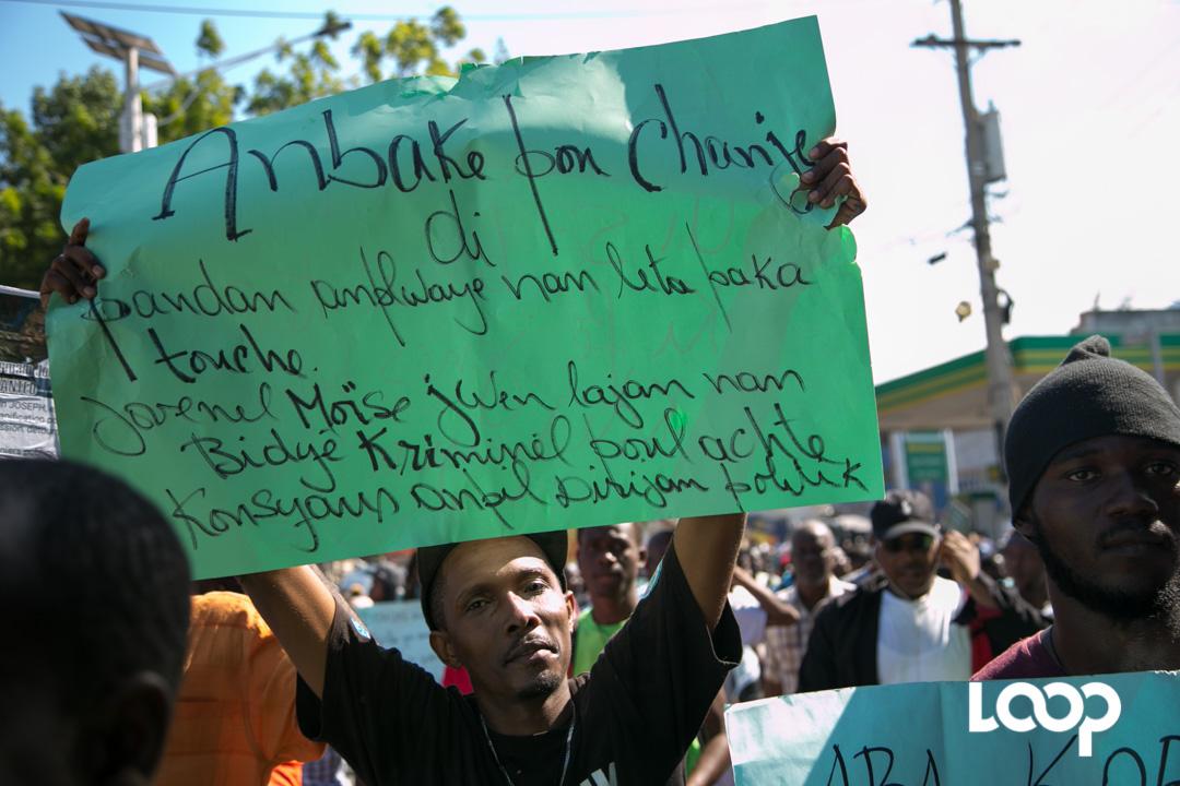 La marche contre la corruption dispersée à coups de bombe lacrymogène. Photo ; Estailove St-Val/LoopHaiti