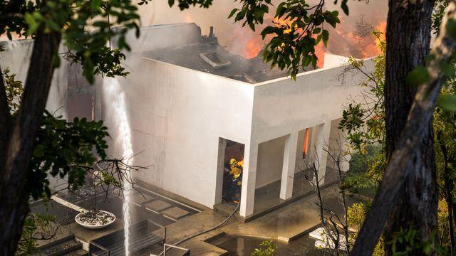 Les pompiers tentent de sauver des flammes des maisons de Los Angeles situées dans la trajectoire