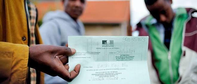 Un demandeur d'asile affiche le formulaire qu'il vient de remplir dans une caserne en France. Photo : AFP/ Lionel Bonaventure