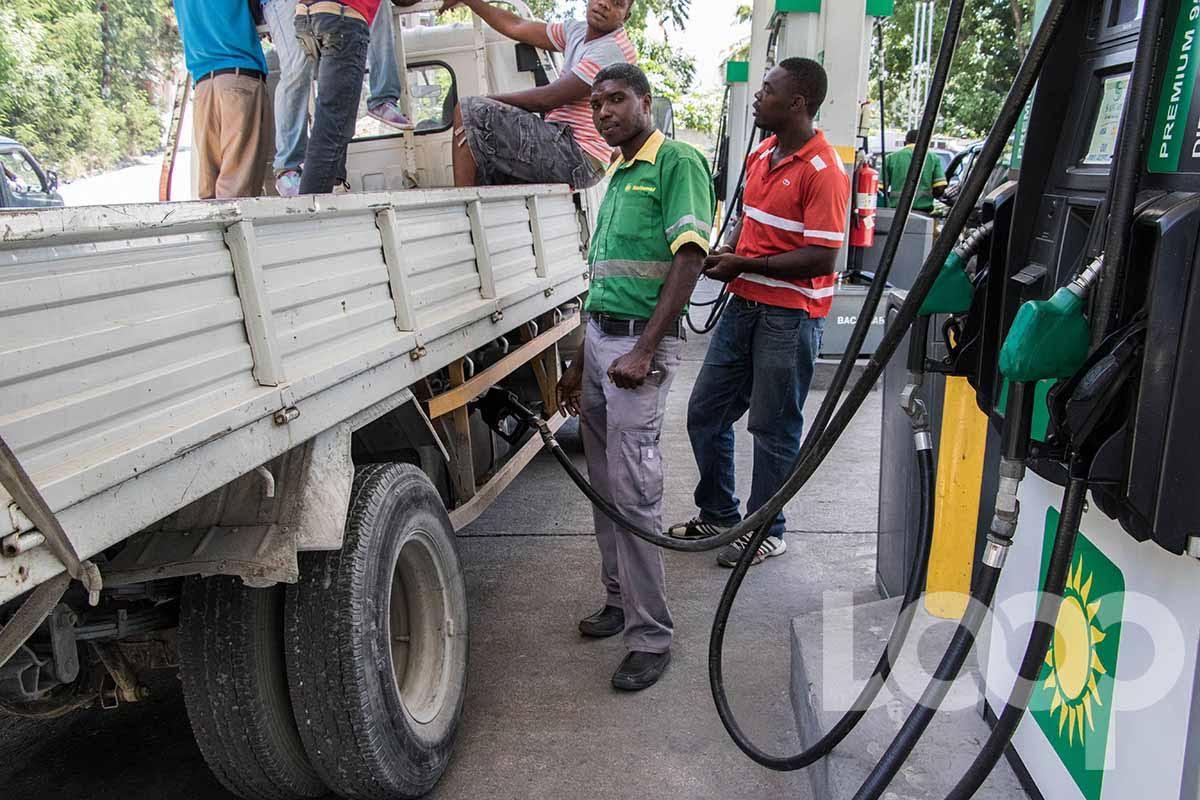 Un pompiste distribue de l'essence dans une station-service à un camion. Crédit photo: Vladjimir Legagneur/LoopHaiti