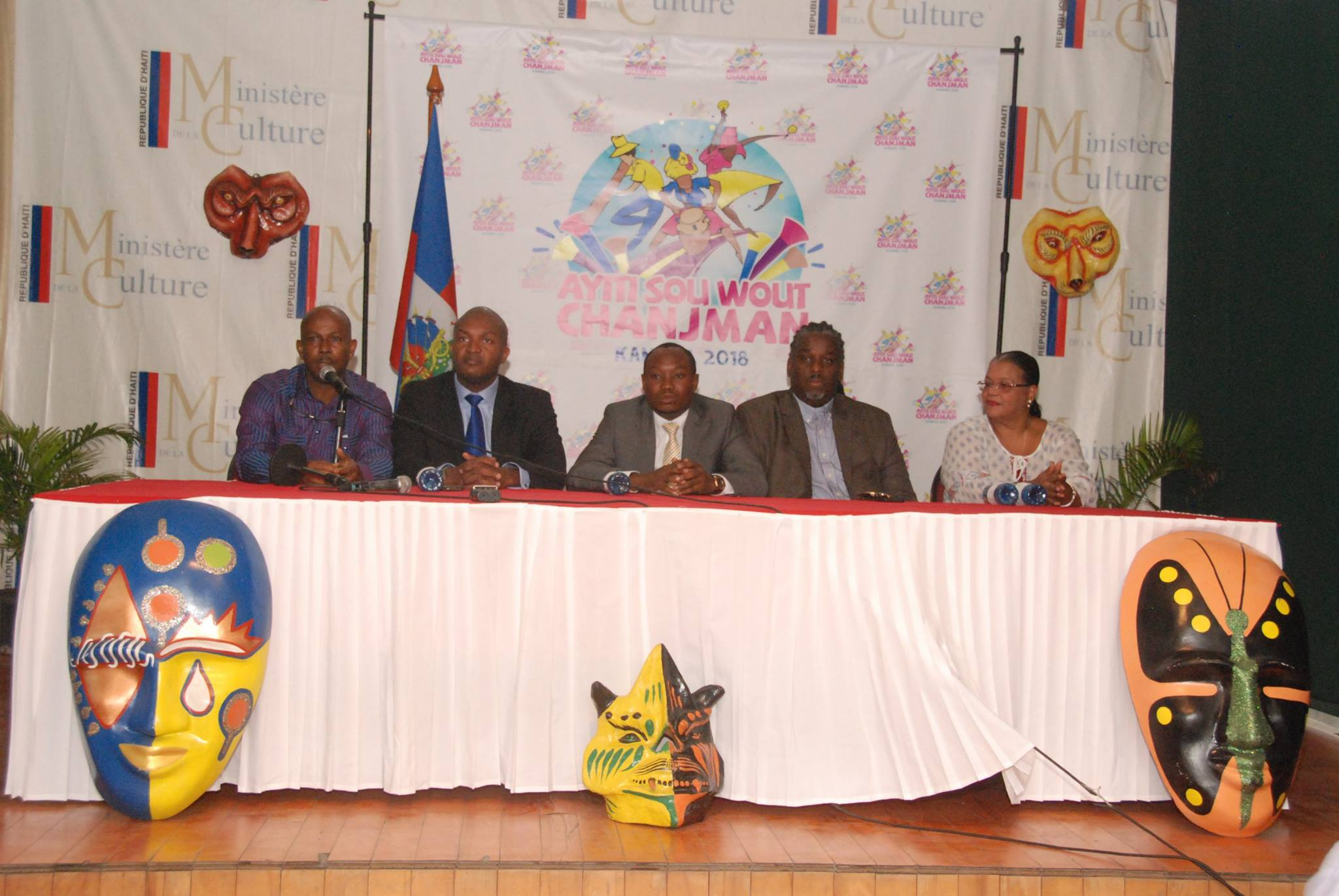 Des membres du comité national du Carnaval 2018, en compagnie du ministre de la Culture, M. Limond Toussaint. Photo : Page Facebook du Ministère de la Culture