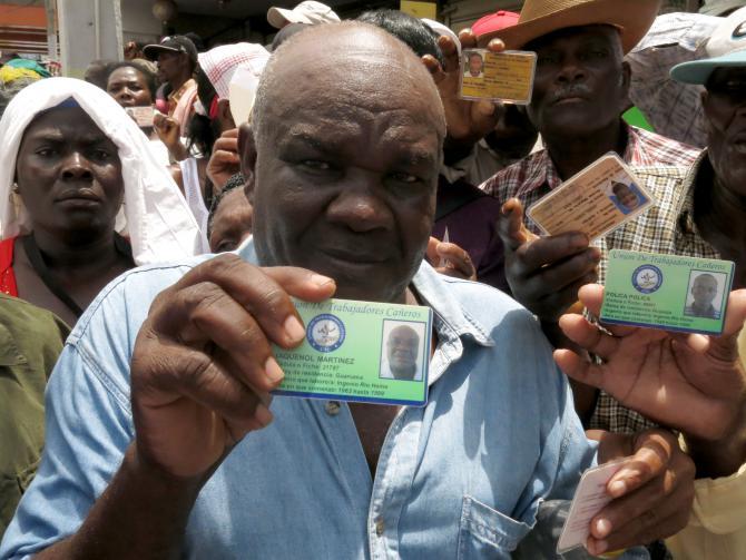 Un Haïtien montrant la carte qui prouve qu'il travaille dans une exploitation de canne à sucre depuis 1963. Il fait sa demande de régularisation en République dominicaine le 15 juin 2015 à Saint-Domingue./ Credit: TV5 Monde