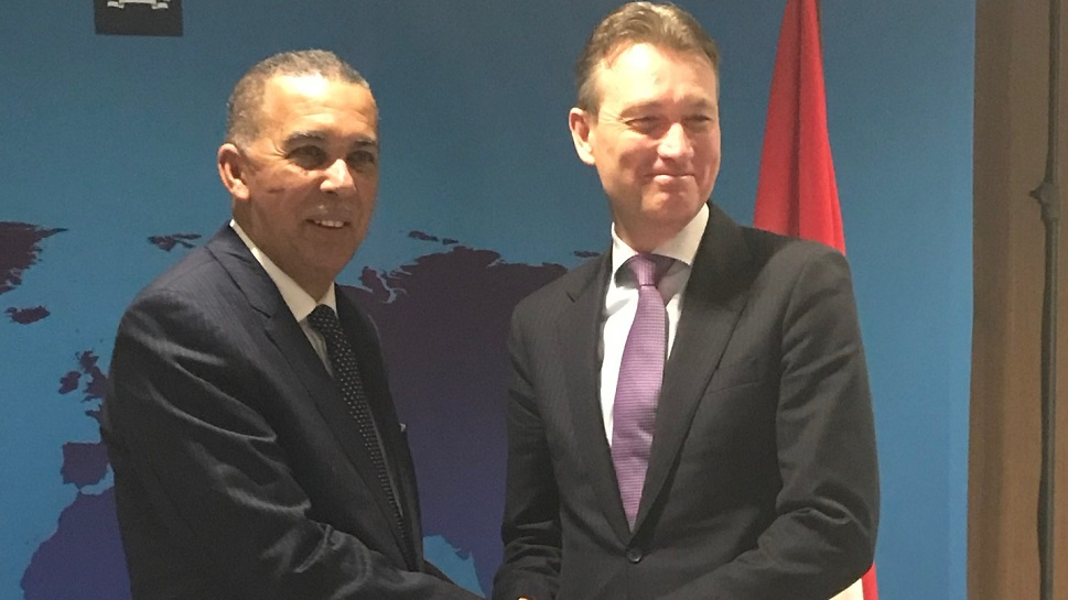 (Photo: Dutch Foreign Affairs Minister Halbe Zijlstra (right) shakes hands with President Anthony Carmona.)