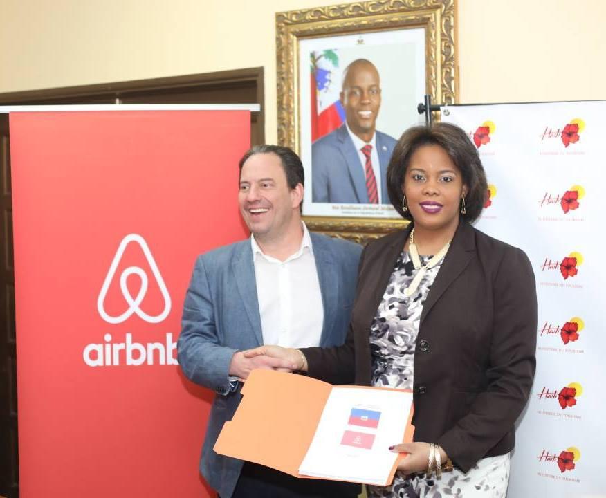 La Ministre du Tourisme, Emilie Jessy Menos et un représentant d'Airbnb lors de la signature du protocole/ Photo: Facebook MDT