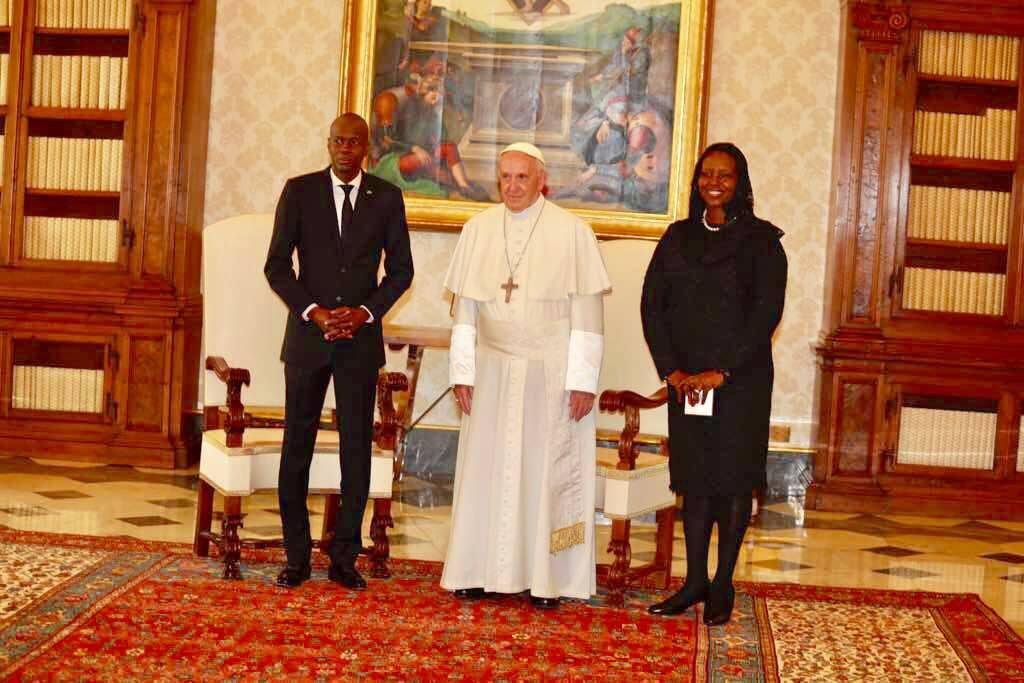 (de g. à d) Jovenel Moise, Pape François Ier et Martine Moise. Photo: Facebook Président Jovenel Moise