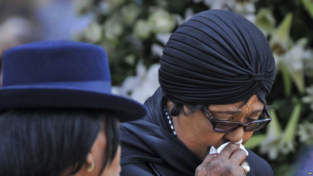 Winnie Madikizela-Mandela, l'ex-épouse de Nelson Mandela, en pleurs à Pretoria, Afrique du Sud, 11 décembre 2013. Photo : AFP