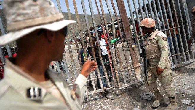 Des soldats dominicains au contrôle de leur poste frontière, le 20 juin 201. Photo: AFP