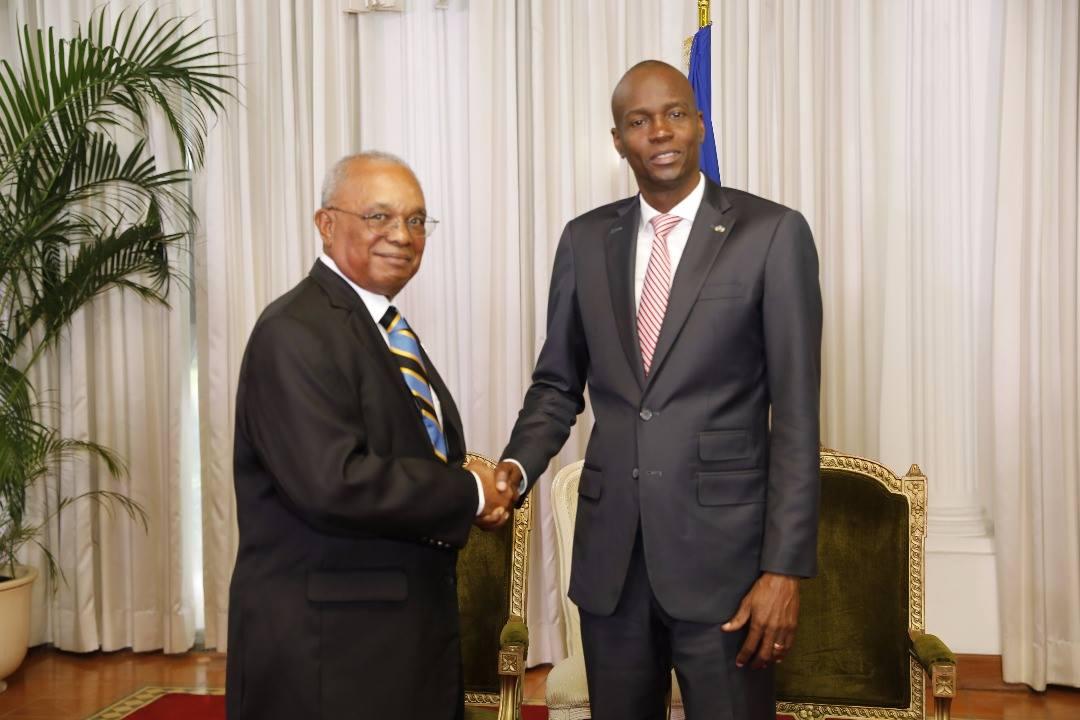 Le président de la République, Jovenel Moïse et l'ambassadeur du Commonwealth des Bahamas, Jeffrey A. Williams, accrédité en Haiti. Photo: Facebook/ Présidence d'Haiti.