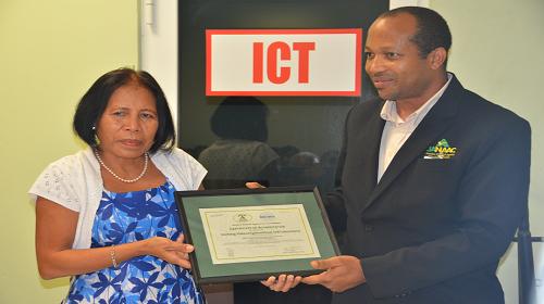 Een vertegenwoordiger van het VKI neemt de accreditatiecertificaat in ontvangst van JANAAC.