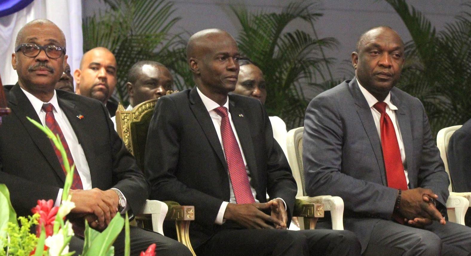 Le président du Senat Youri Latortue exprime son insatisfaction des résultats du gouvernement de Jack Guy Lafontant aux côtés du président Jovenel Moïse, qui, estime-t-il, travaille sans relâche. Photo: Haiti Sentinel