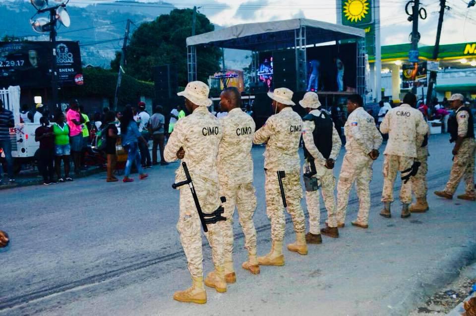 Des agents de la PNH sur le trottoir à Port-au-Prince le soir d'un dimanche pré-carnavalesque. Photo: Facebook Police Nationale d'Haïti - PNH.