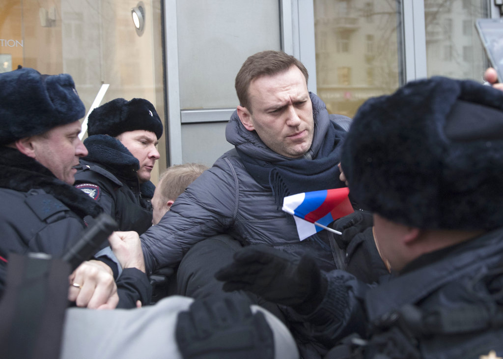 Russian police STORM opposition party headquarters just weeks before election
