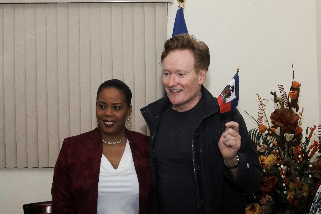 Le comédien américain Conan O'Brien pose avec la ministre du Tourisme Jessy Menos. Photo : Facebook/ Ministère du Tourisme d'Haïti