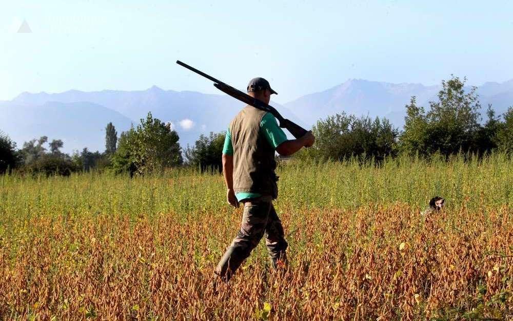 Un homme tenant son fusil de chasse par-dessus son épaule. Crédit : larepubliquedespyrenees.fr