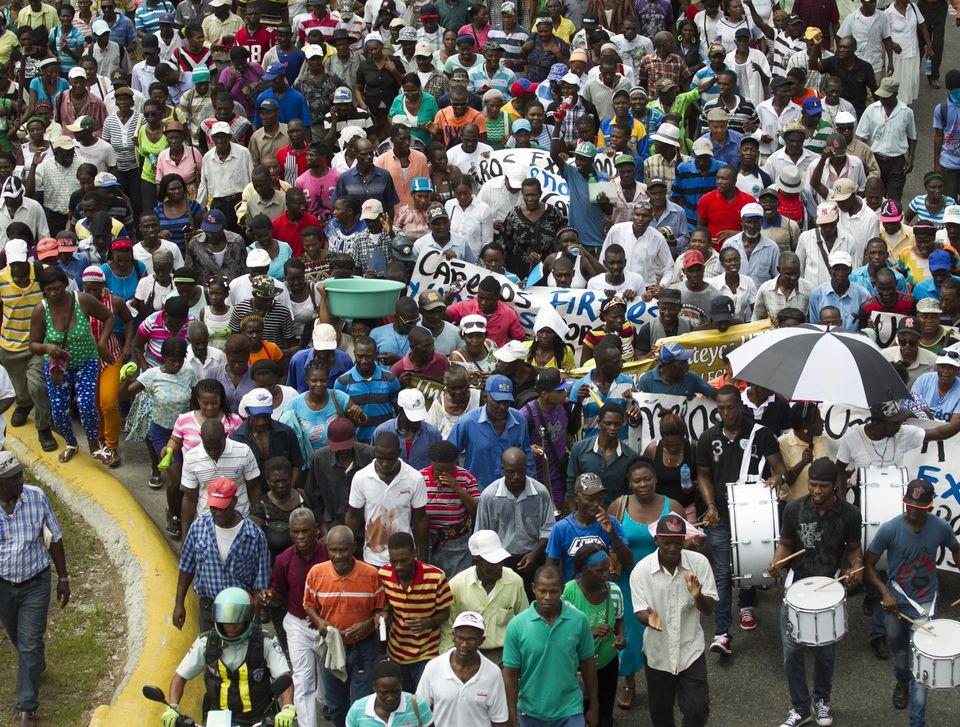 Des Haïtiens ayant toujours travaillé en République dominicaine se dirigent vers la Cour constitutionnelle de Santo Domingo, pour contester leur expulsion, le 25 juin. Photo Erika Santelices.AFP