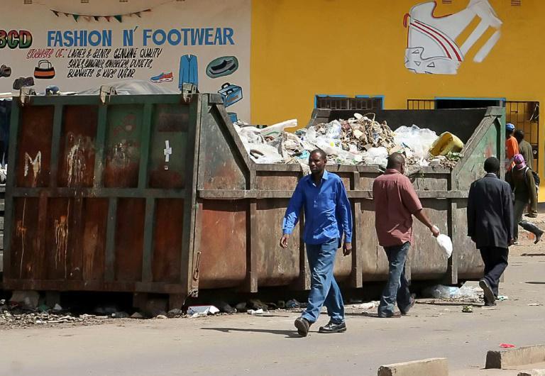 Une benne à ordures en pleine rue à Lusaka, le 27 décembre 2005, lors d'une précédente épidémie de choléra qui avait frappé la capitale zambienne. Photo:  afp.com - STR