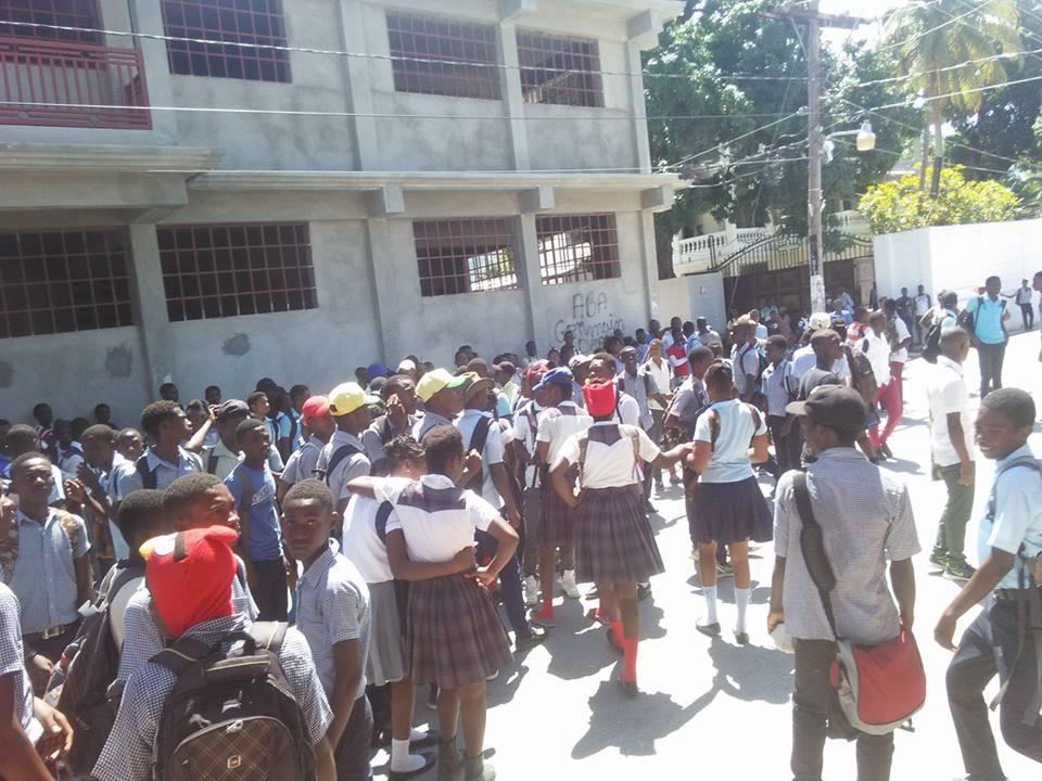 Des écoliers manifestants ferment des bureaux publics à Petit-Goâve / Crédit: Guyto Mathieu