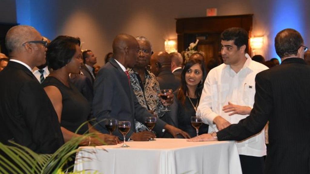 Vice-President Ashwin Adhin in gesprek met de Haitiaanse President Jovenel Moise. Foto: NII