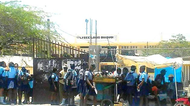 Des écoliers en jachère, aux Gonaïves. Photo : Dieulivens Jules