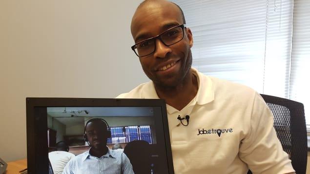 L'entrepreneur David Thérriault pose fièrement avec Michel Mackenson, l'un des travailleurs haïtiens qui ont déniché un emploi grâce à l'application Job.etrouve. Photo : Radio-Canada/Nicole Germain