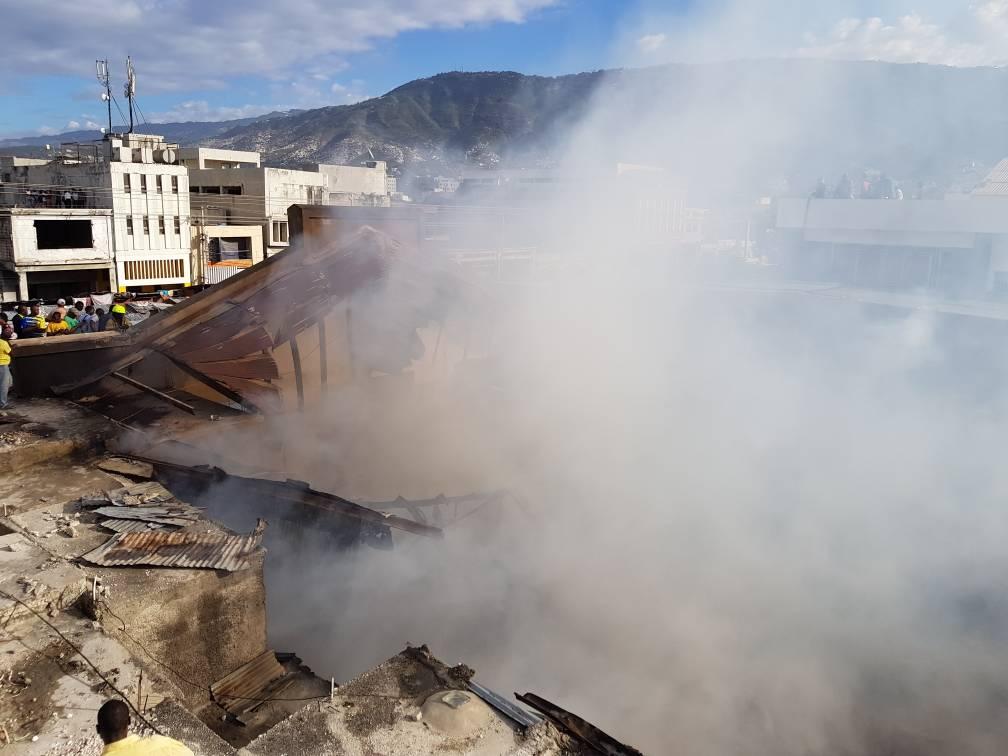 Incendie au marché Hippolyte. Photo: Loop Haïti