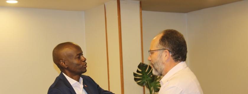 Le Président Jovenel Moise (gauche) accueille le secrétaire général du CARICOM Irwin LaRocque. Photo: Loop Haïti