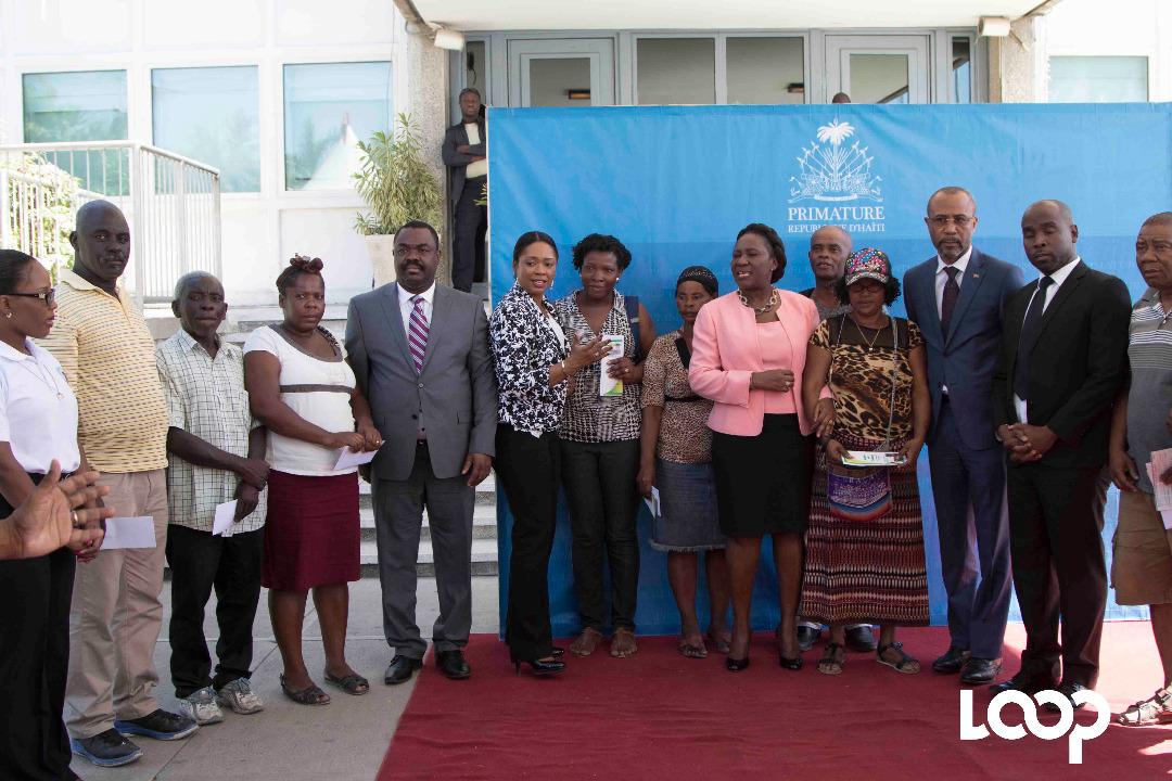200 victimes du marché en Fer ont reçu un chèque du gouvernement. Photo: LoopHaïti/Estailove St-Val