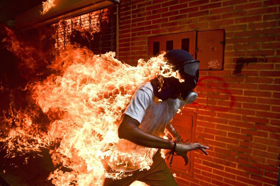 Le cliché du photographe de l'AFP Ronaldo Schemidt montrant un manifestant en flamme lors d'une manifestation contre le président vénézuélien Nicolas Maduro à Caracas, le 3 mai 2017. AFP/Archives / RONALDO SCHEMIDT