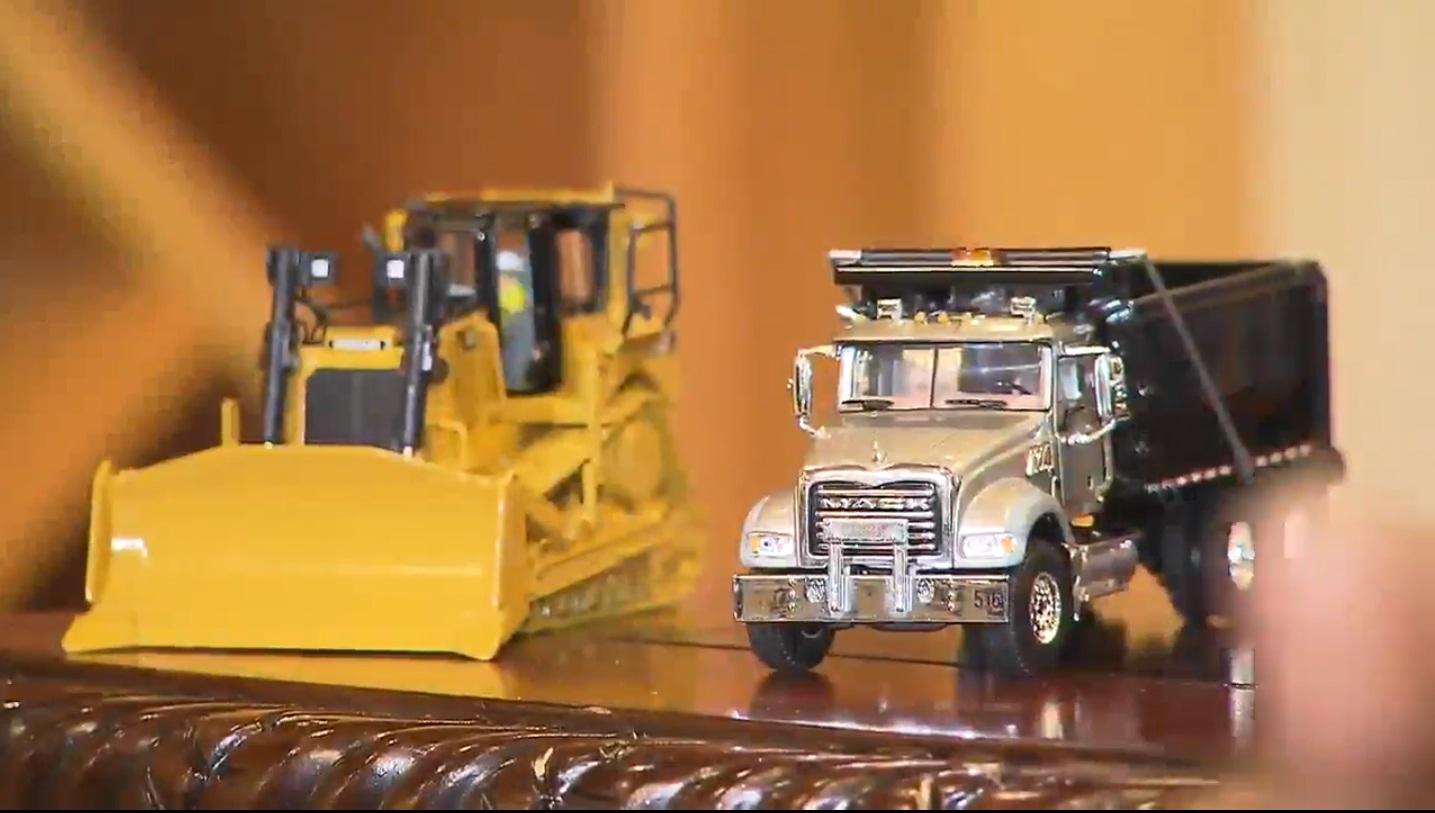 Les petits camions de construction sur le bureau du président Jovenel Moise/ Photo: Capture d'écran/ Local 10