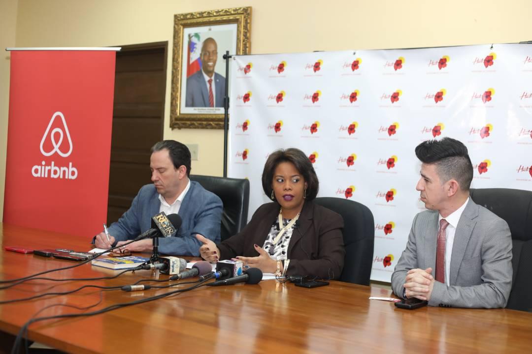 La Ministre du Tourisme, Emilie Jessy Menos et les représentants d'Airbnb lors de la signature du protocole/ Photo: Facebook MDT