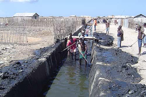 Nettoyage d'un canal à Cité-Soleil. Photo: ICRC.org