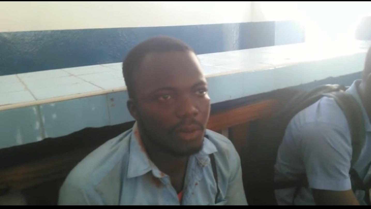 Avril Nelson, élève de Philo du Lycée Faustin Soulouque,a une blessure au niveau de son oreille droite suite à, selon ses propos, des coups recus des policiers.