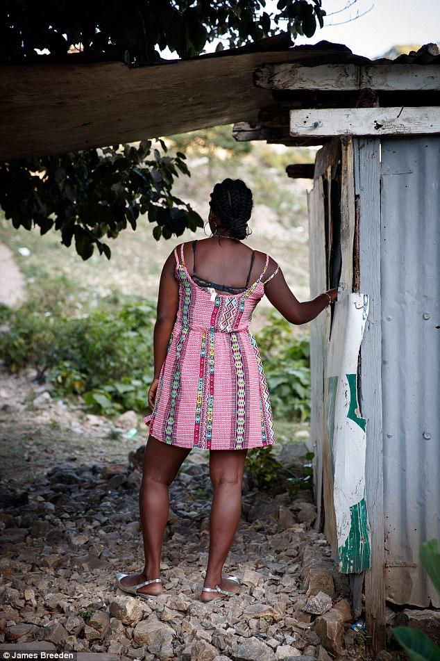 De dos, l'ex-prostituée déclarant avoir couché deux fois par semaine pendant six mois avec le patron d'Oxfam en Haiti/ Photo: James Breeden / Daily Mail